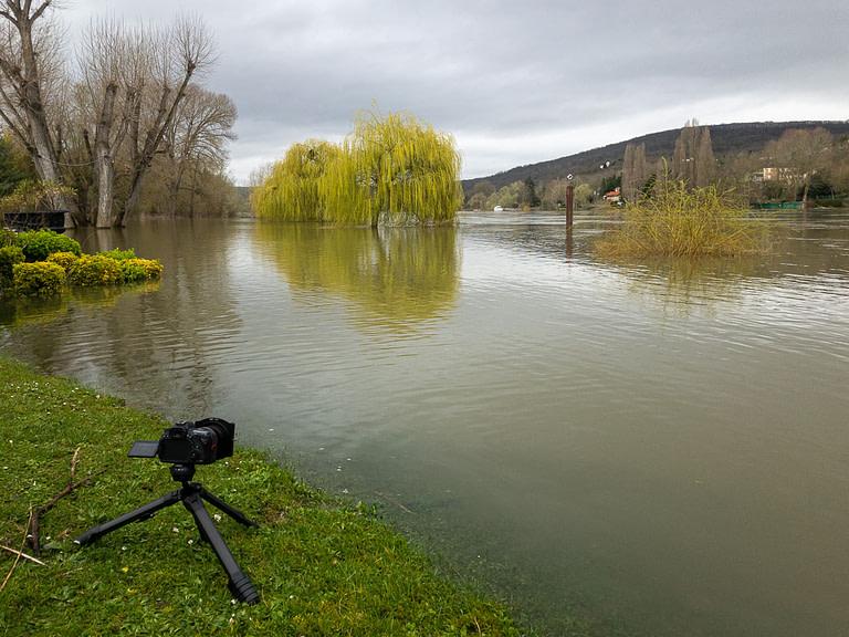 Canon 6D II avec filtres Nisi sur Tripod Peak Design en situation pour pose longue en bords de Seine à Triel lors de la crue 2020