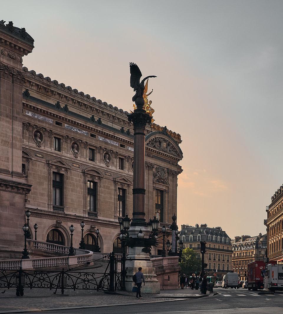 Depuis la rue Auber, le soleil se lève sur l'Opéra Garnier