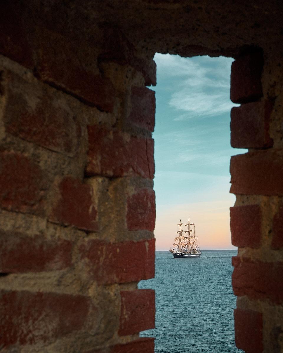 Vue mer d'un navire à travers les remparts autour du Port Vauban