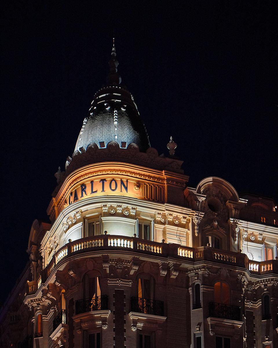Vue de nuit d'une des deux coupoles de l'hotel Carlton à Cannes
