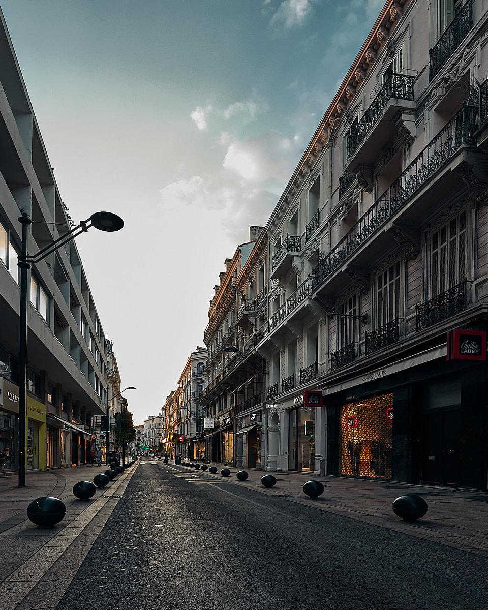 Façade d'immeubles en soirée dans la rue d' Antibes à Cannes