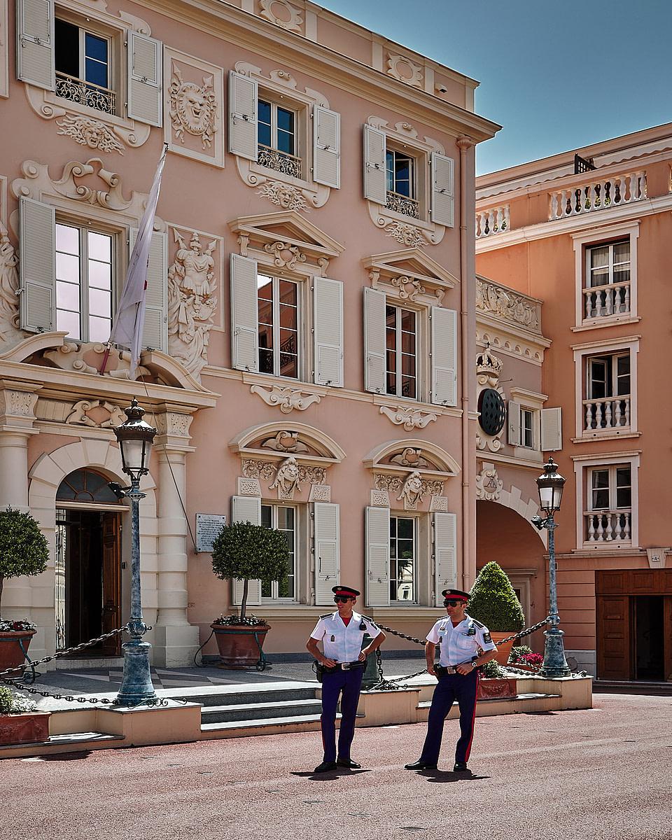 Deux carabiniers devant le batiment de la Force Publique, Place du Palais à Monaco