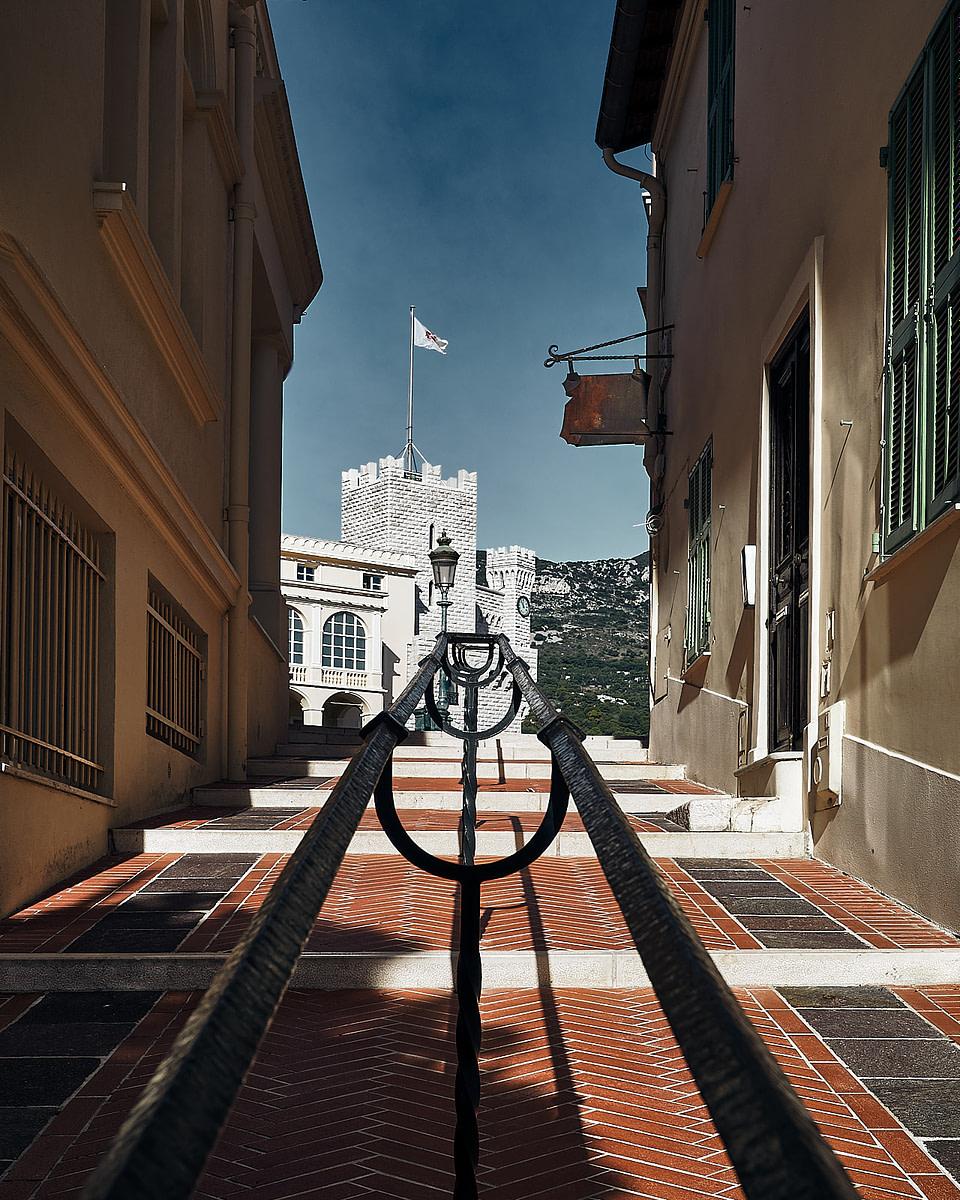 Ruelle en brique rouge menant à la Place du Palais Princier à Monaco
