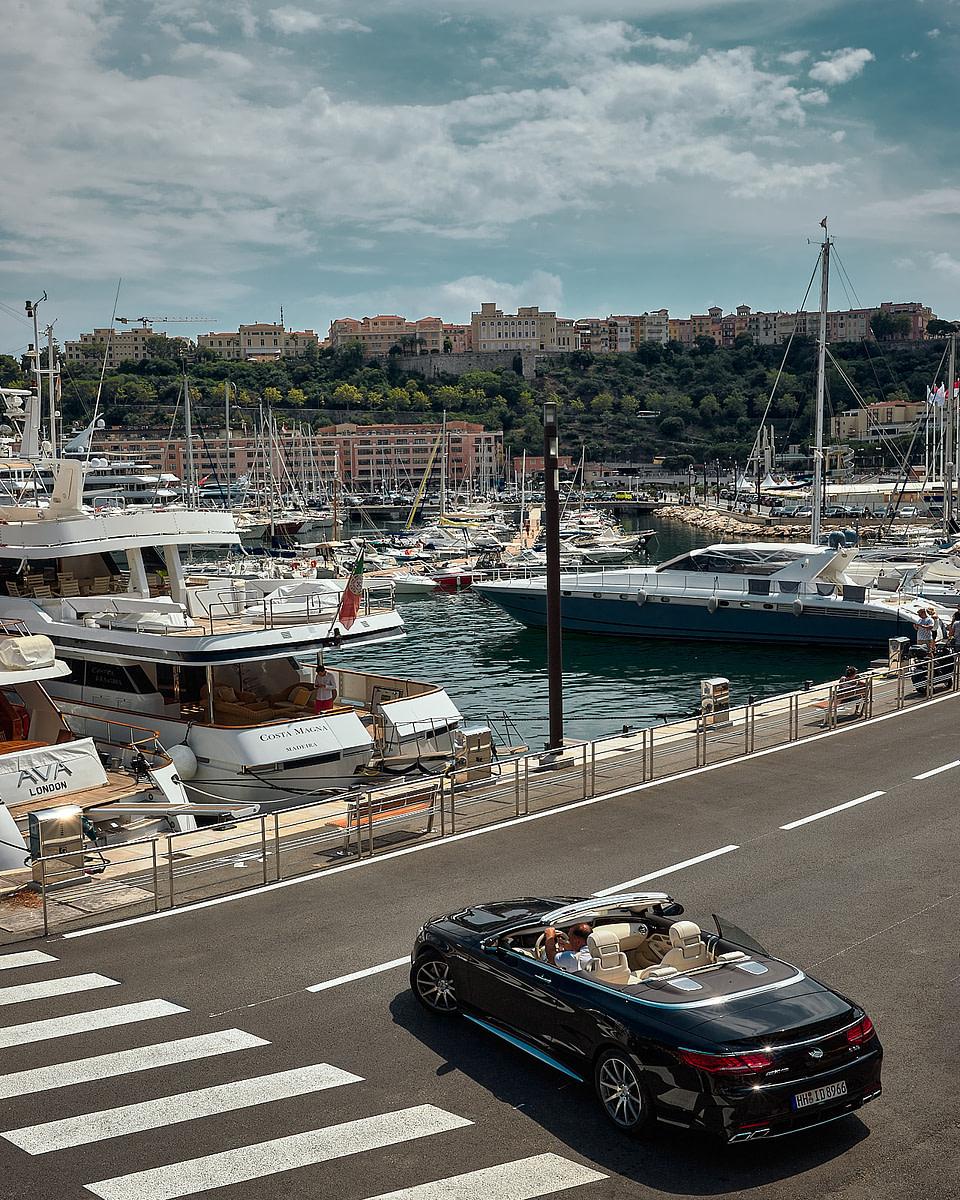 Un cabriolet sur les quais du Port Hercule à Monaco