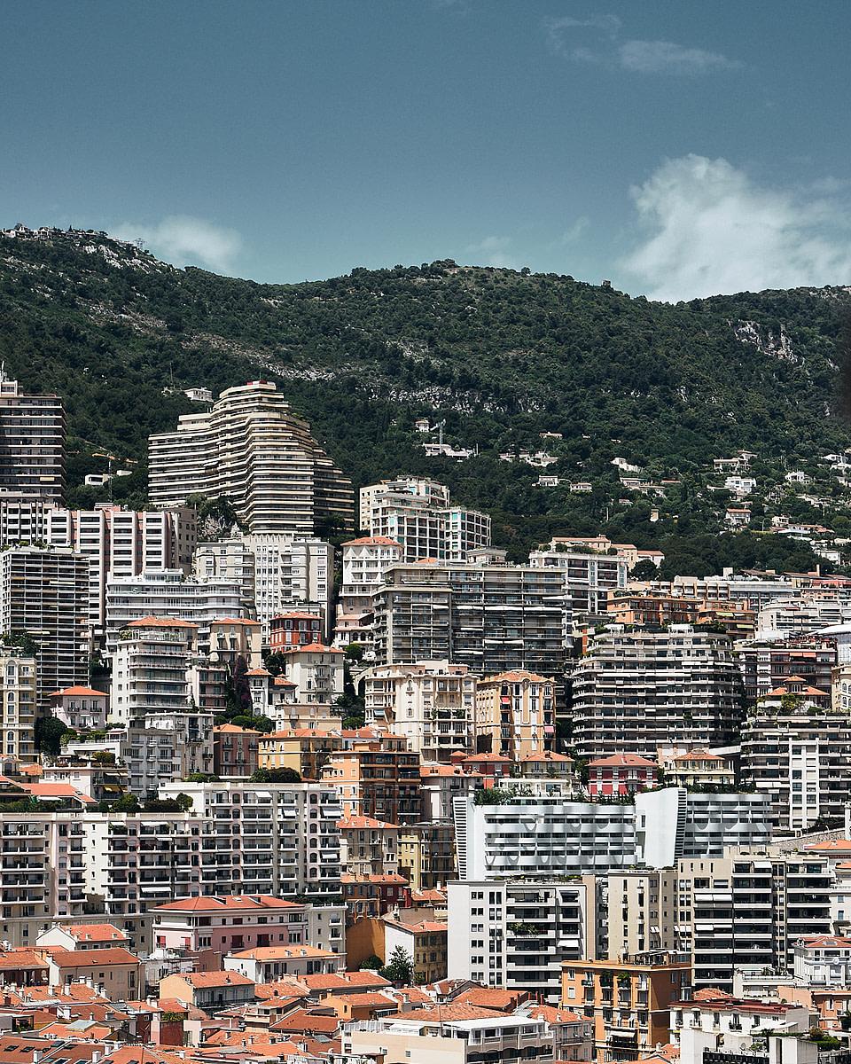Les façades d'immeubles au dessus du quartier du port à Monaco