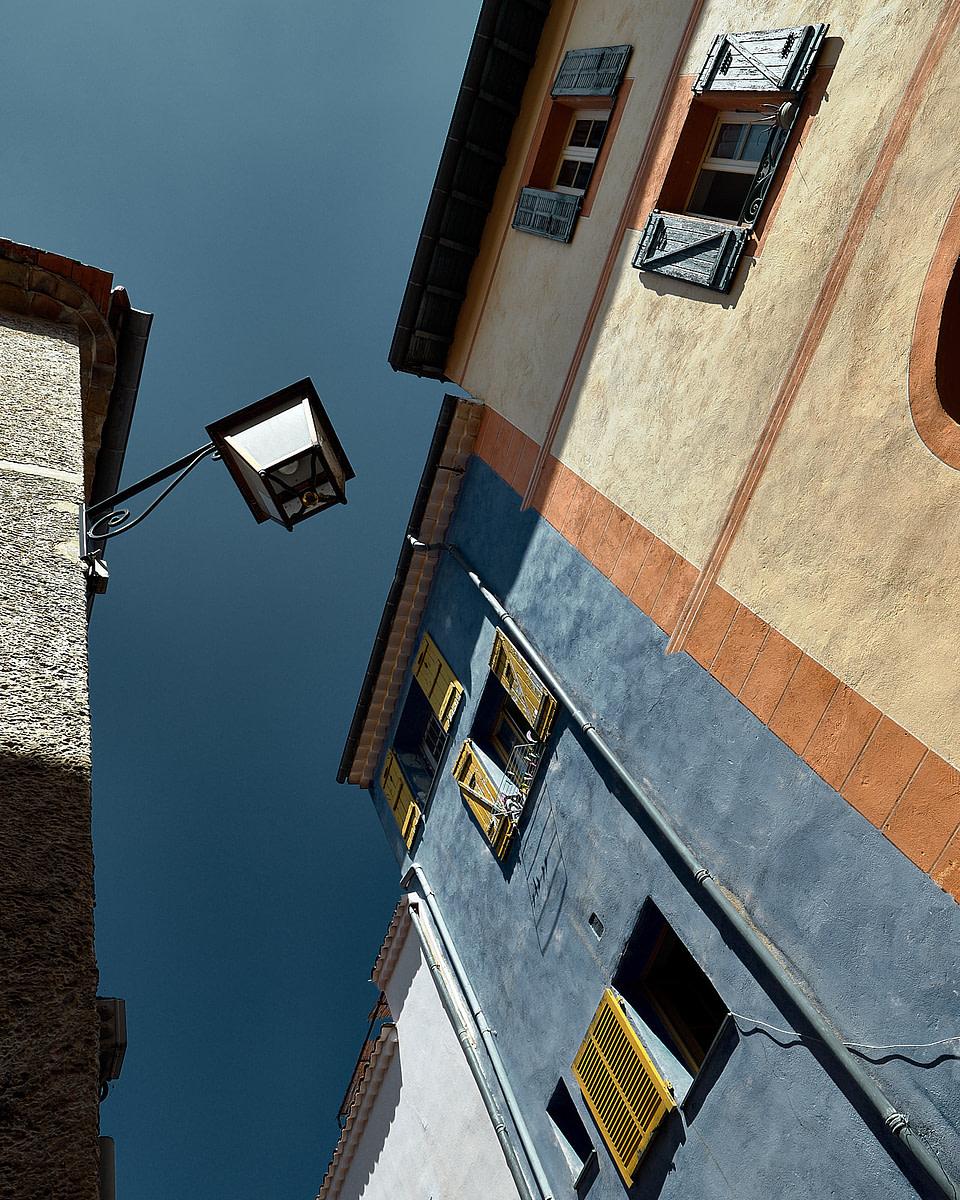 Façade colorée en bleu et ocre dans une ruelle ensoleillée à Valbonne - Cote d' Azur