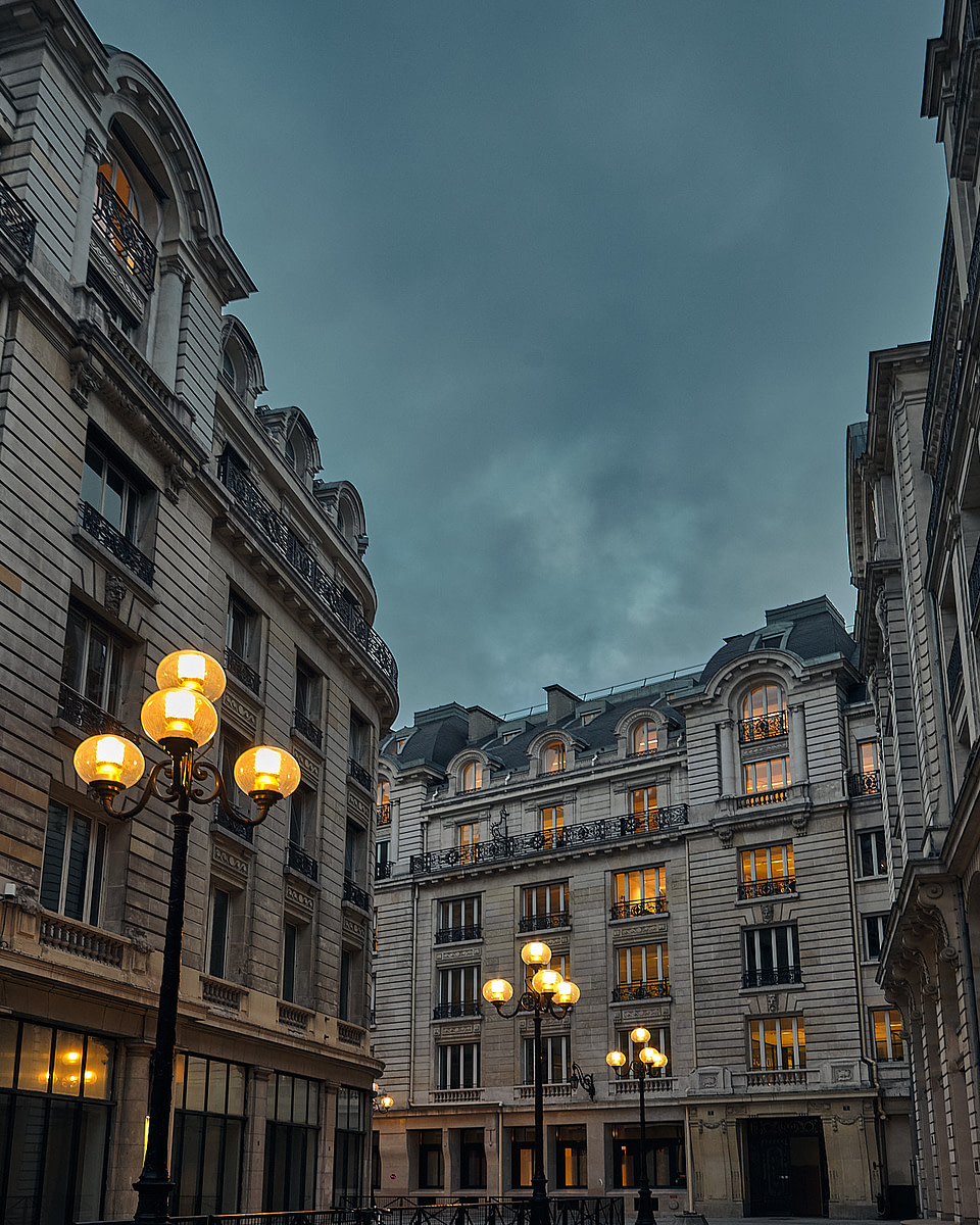 Les lumières matinales de la Rue des Italiens à l'heure bleue