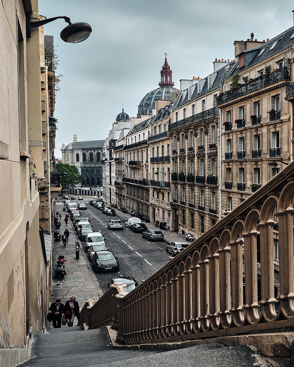 Les escaliers de la rue de Madrid vers la rue de Rome avec le dôme de l'église Saint Augustin en arrière plan