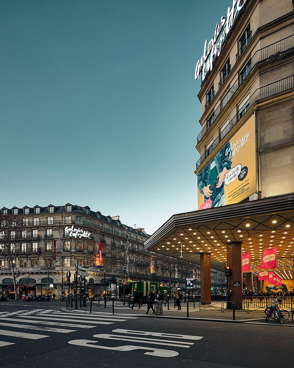 Le jour se lève à l'angle des Galeries Lafayette sur le boulevard Haussmann à Paris