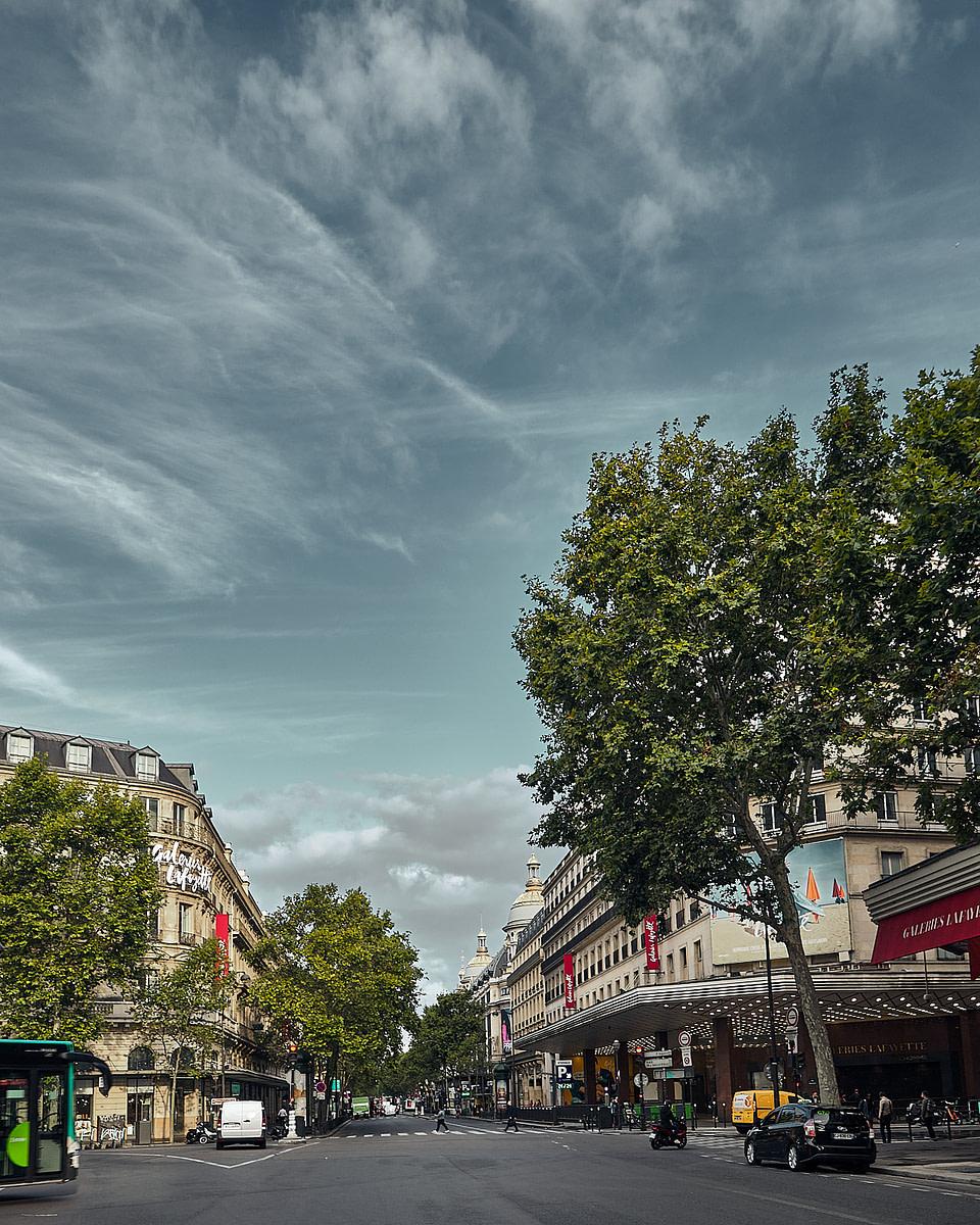 Vue de la Place Diaghilev sur le boulevard Haussmann et les vitrines des Galeries Lafayette