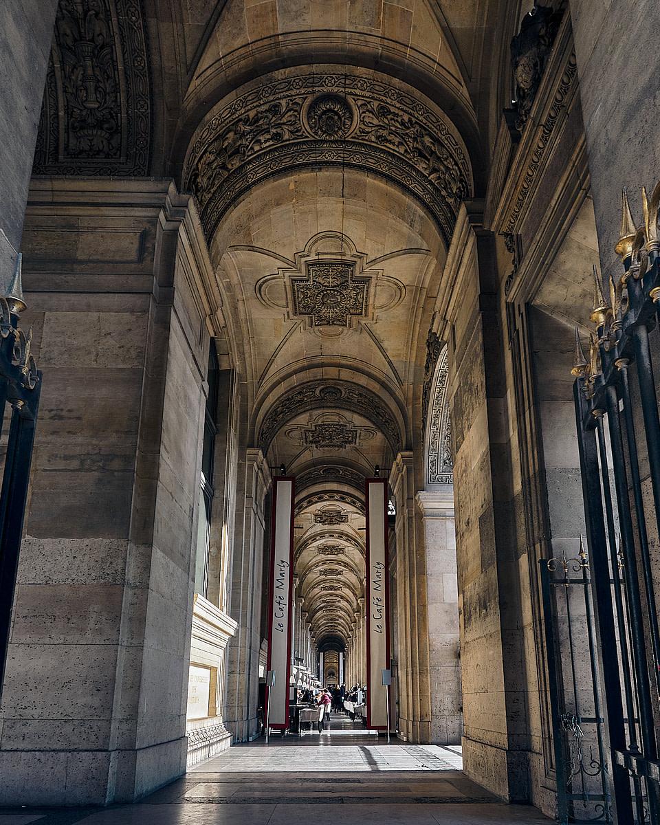 La terrasse du Café Marly sous les arcades du Louvre à Paris