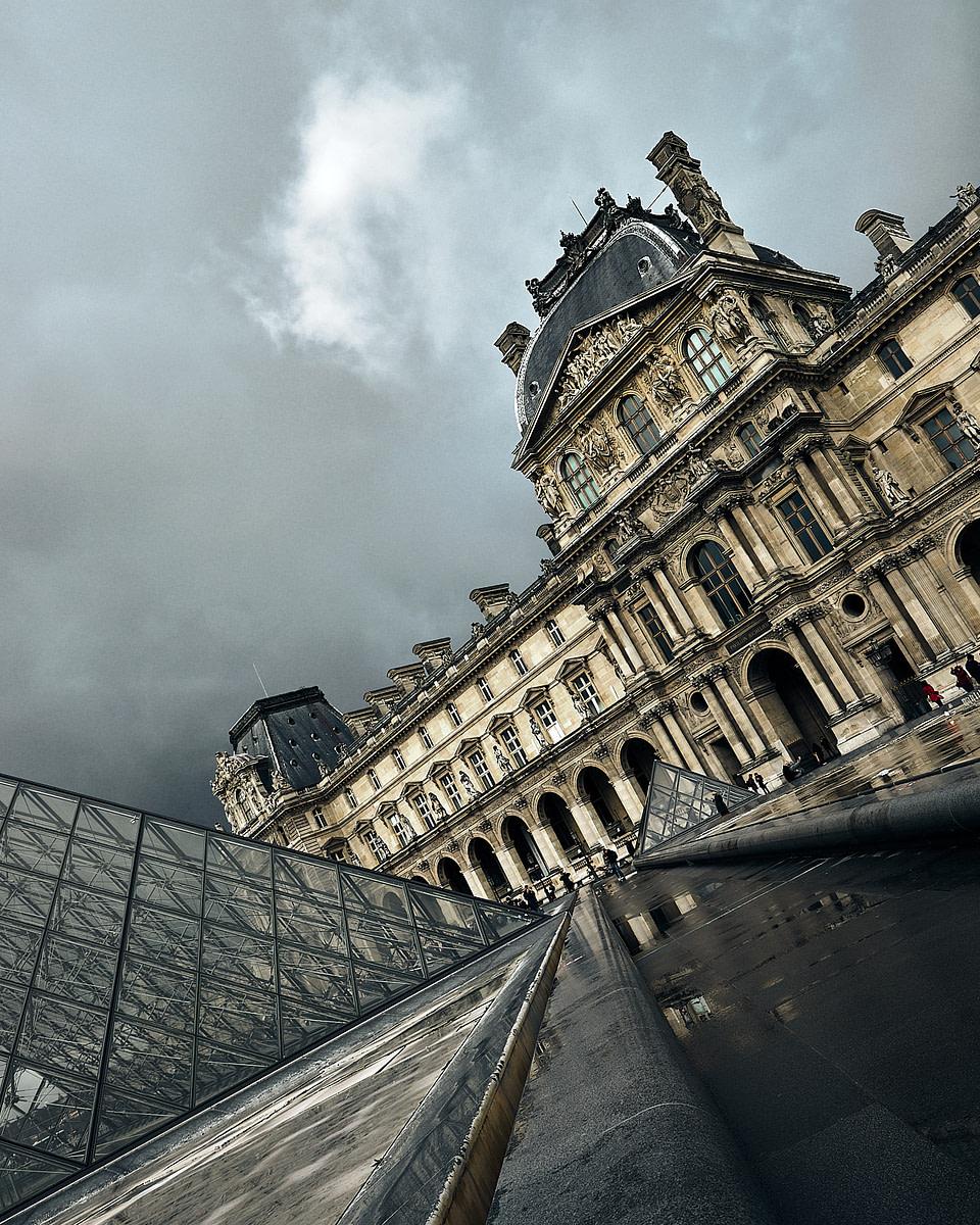 Façade du Louve et perspective sur la Pyramide - Paris
