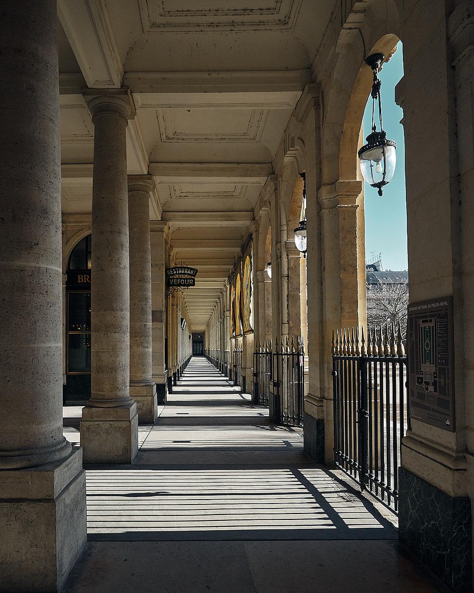 Ombre et Lumière devant le restaurant Grand Vefour entre les arcades de la Galerie de Beaujolais au Palais Royal