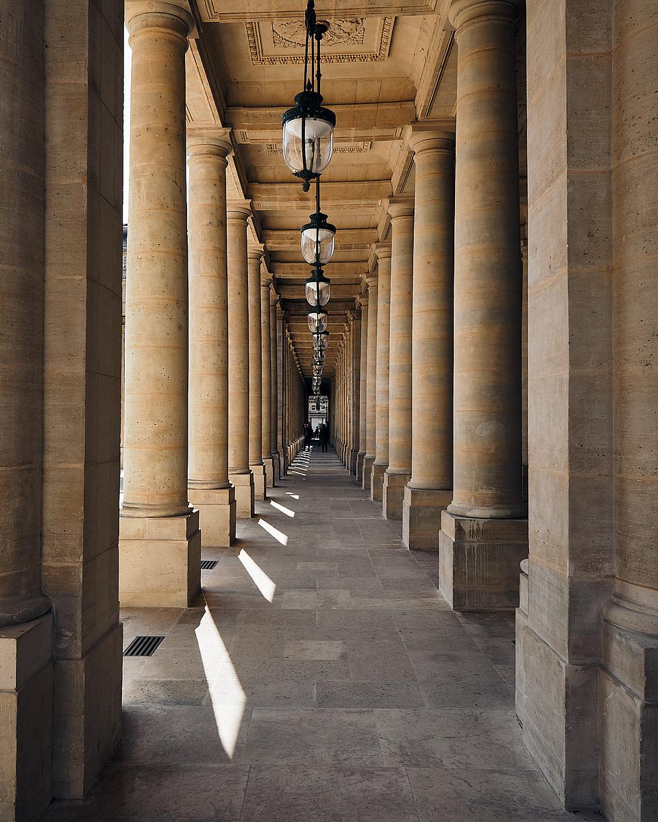 Alignement de colonnes et lampadaires sous les galeries de la Galerie d' Orléans du Palais Royal
