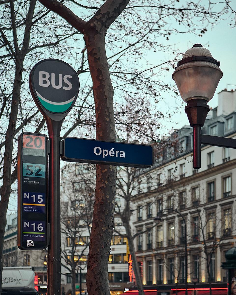 Mobilier urbain Boulevard des Capucines au levé du jour à Paris