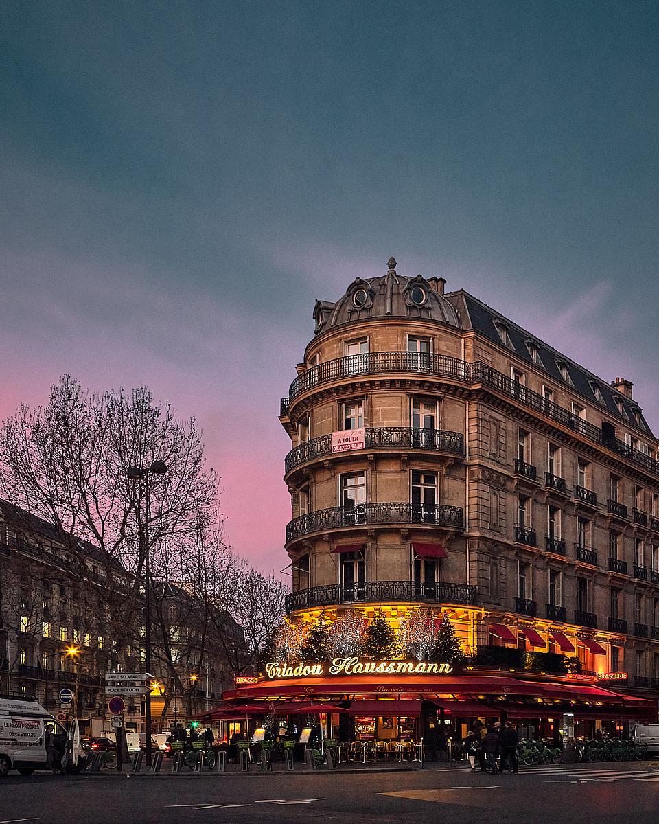 La terrasse d'une brasserie parisienne sur le Boulevard Haussmann à l'heure bleue