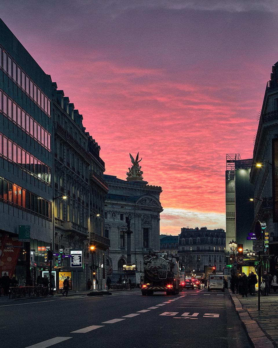 Lumières matinales sur la rue Auber et l' Opéra à Paris