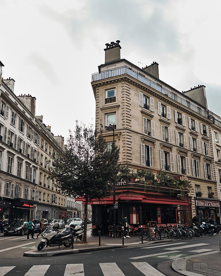Façade et terrasse de café rue Geoffroy-Marie à Paris