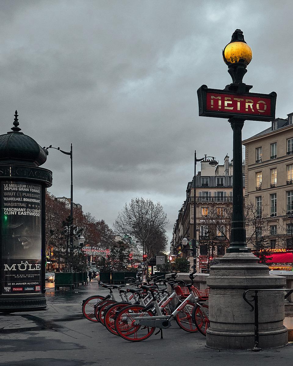 Lumières du Carrefour Richelieu Drouot au petit matin