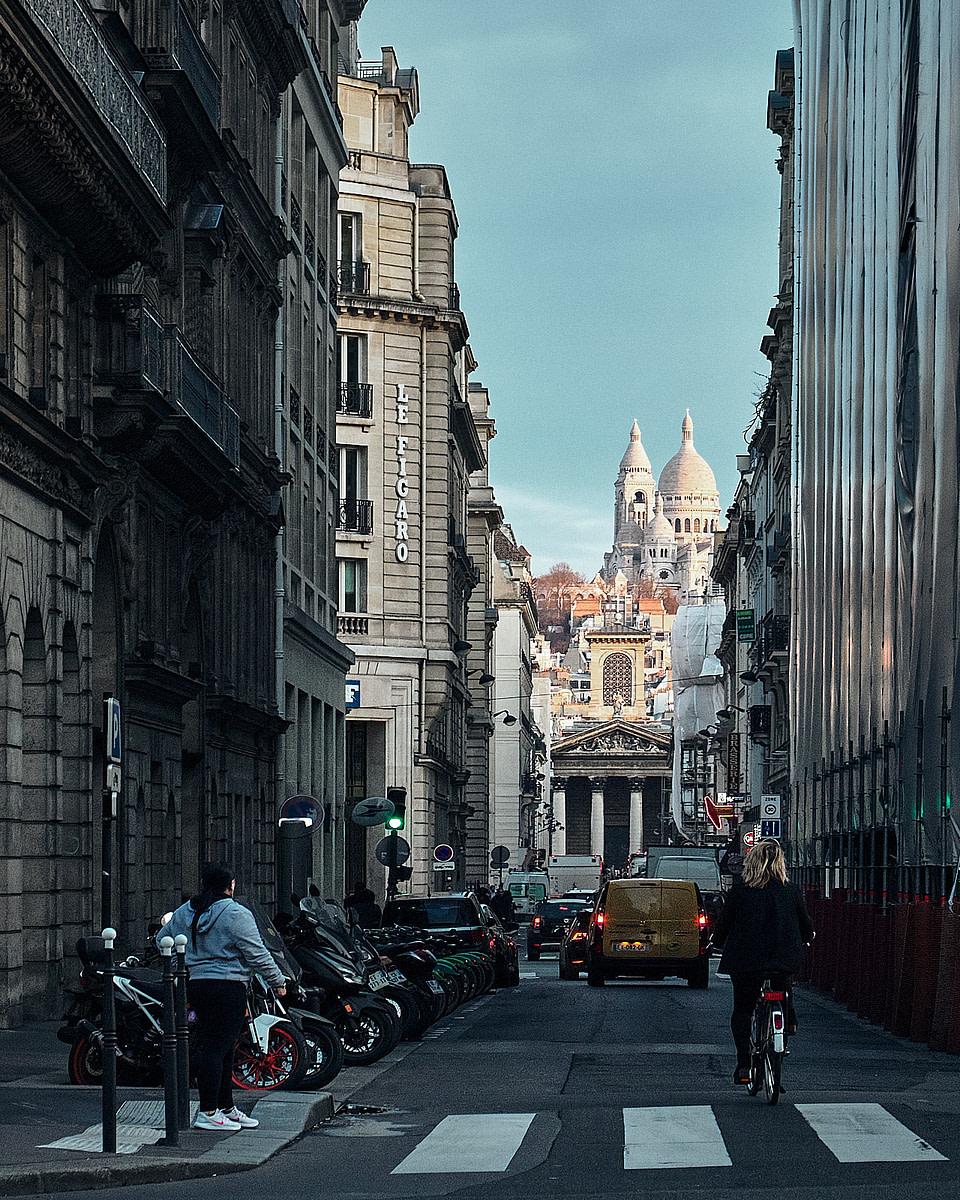 Le soleil se lève sur la Basilique du Sacre-Coeur vue depuis la rue Laffitte