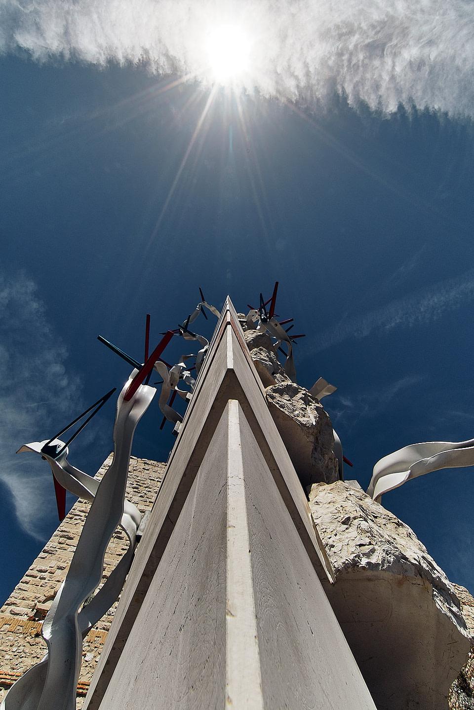 Perspective en contre plongée de la sculpture Colonne à la Mer de Bernard Pages sur les remparts du vieil Antibes