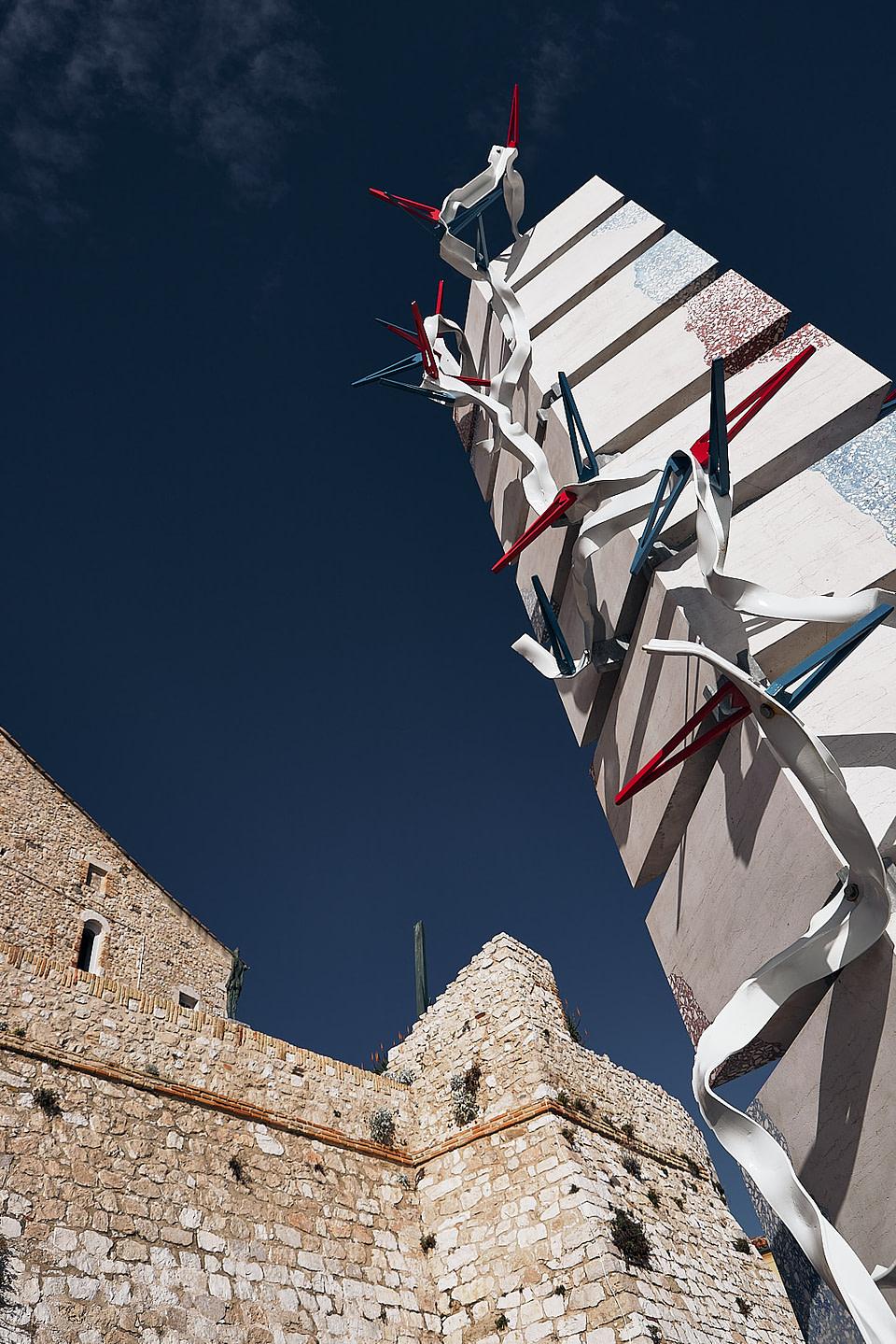 Perspective de la sculpture Colonne à la Mer de Bernard Pages sur les remparts du vieil Antibes