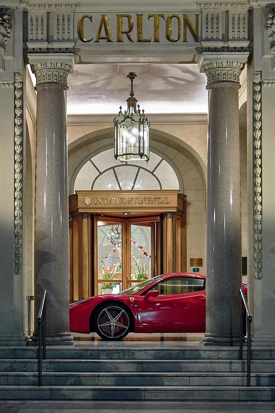 Une Ferrari sous le porche d'entrée de l' Hotel Carlton à Cannes
