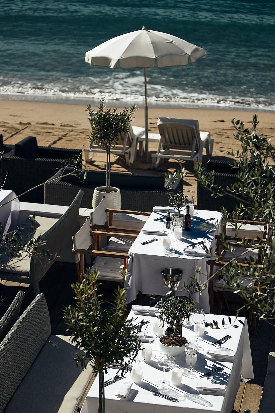 Tables dressées sur la terrasse d'un restaurant de la plage sur la Croisette à Cannes