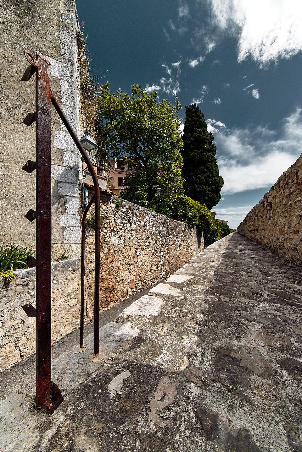 Une pièce de fer sur le chemin de ronde des remparts à Saint Paul de Vence