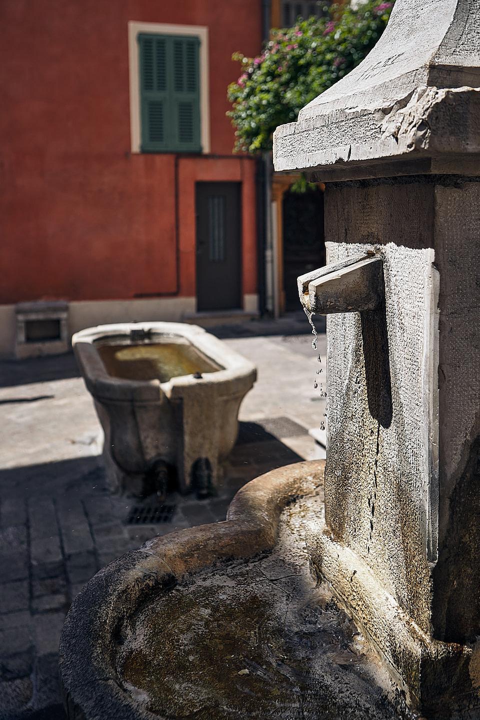 Petite fontaine dans une ruelle ensoleillée à Valbonne - Cote d' Azur