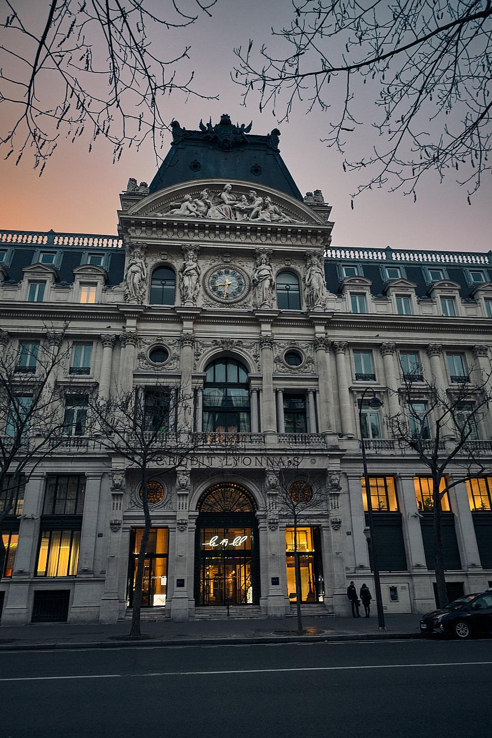 L'entrée principale de l'immeuble crédit lyonnais LCL au 19 Boulevard des Italiens à Paris au levé du soleil