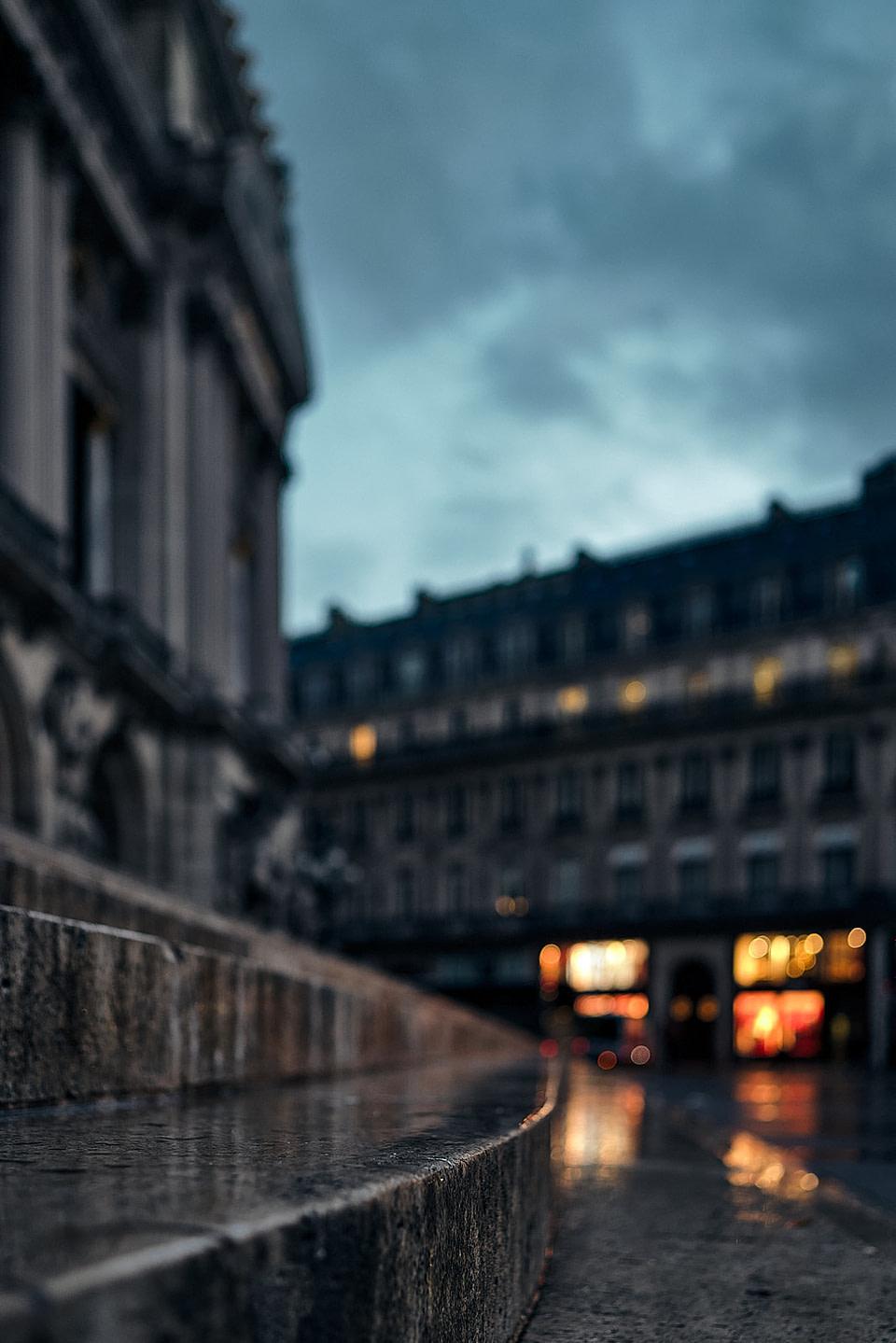 Les lumières des vitrines se refletent sur les marches de l'Opéra Garnier