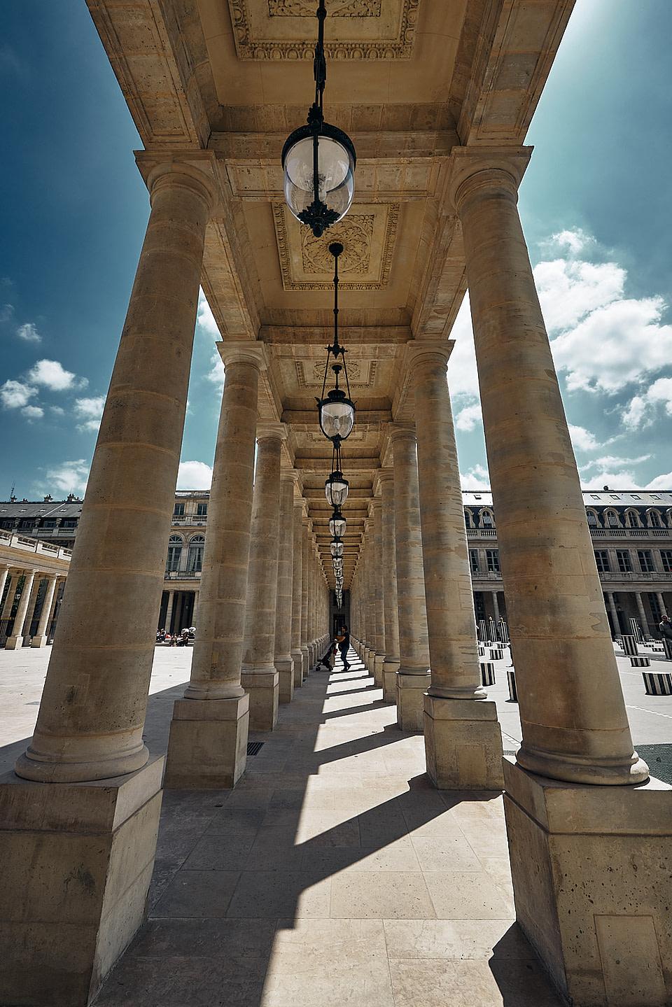 Jeu d' ombre et lumière sous la galerie de la cour d' Honneur du Palais Royal à Paris