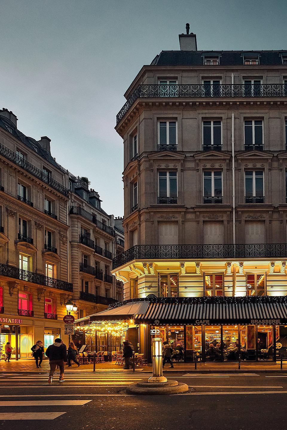 Façades et Terrasse éclairées au petit matin à Paris