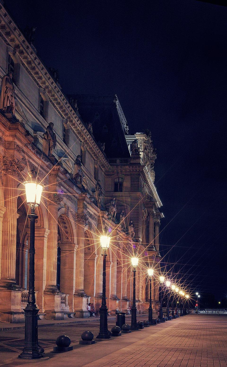 Alignement de lampadaires au Louvre, Cour Napoléon de nuit à Paris, Jul 2020 - photo : © Laurent Delisle - capturedinstant.com