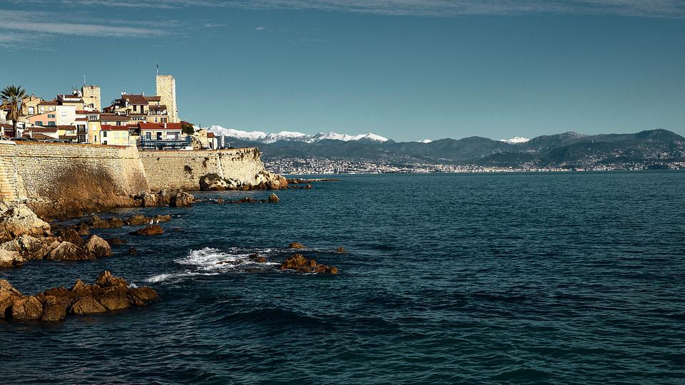 Vue sur les Remparts du Vieil Antibes en journée sous un ciel bleu.