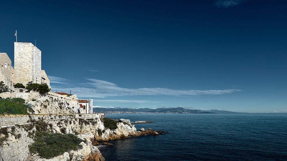 Vue sur les Remparts du Vieil Antibes en journée sous un ciel bleu