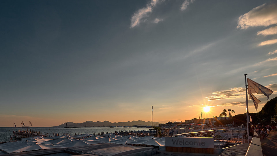 Le Soleil se couche sur la Croisette à Cannes