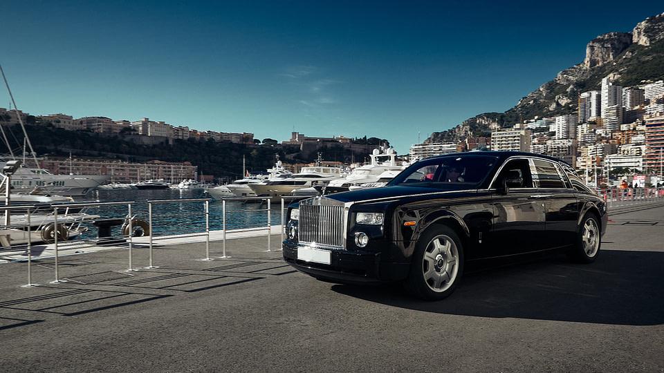 Une Rolls noire sur le quai des Etats Unis au Port Hercule de Monaco