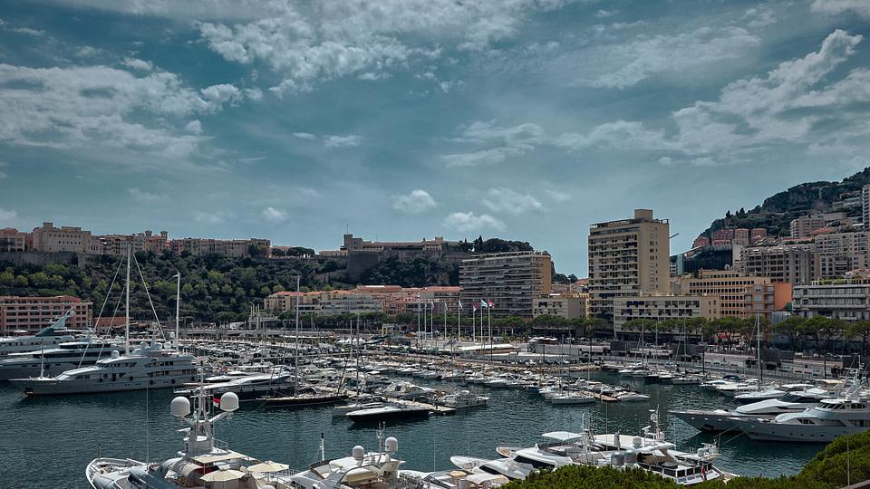 Vue sur le Port Hercule et les façades de l'Avenue Albert 1er à Monaco