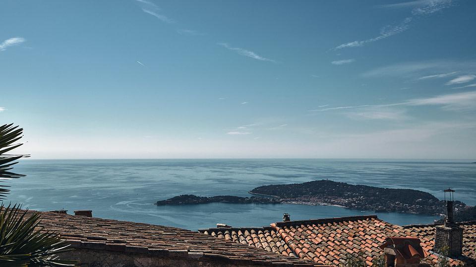 Vue mer vers le Cap Ferrat depuis le centre village de Eze
