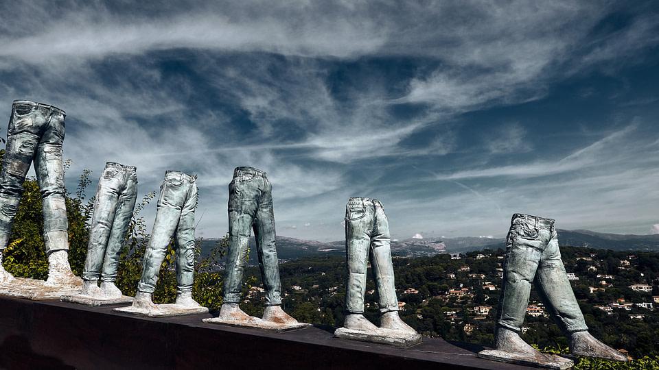 La Longue Marche des Jeans par Tomek à Mougins