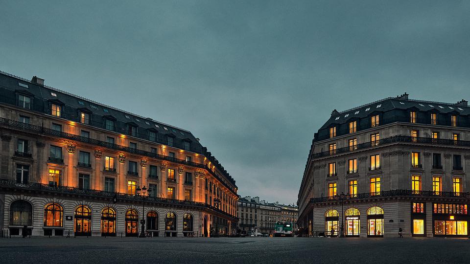 La Facade éclairée de l' Apple Store au petit matin rue Halevy à Paris