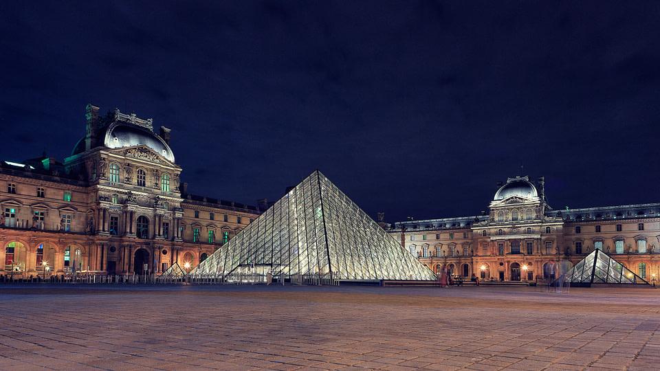 Cour Napoléon et Pyramides du Louvre de nuit à Paris, Jul 2020 - photo : © Laurent Delisle - capturedinstant.com