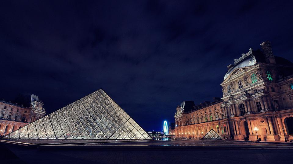 Cour Napoléon et Pyramide du Louvre de nuit à Paris, Jul 2020 - photo : © Laurent Delisle - capturedinstant.com