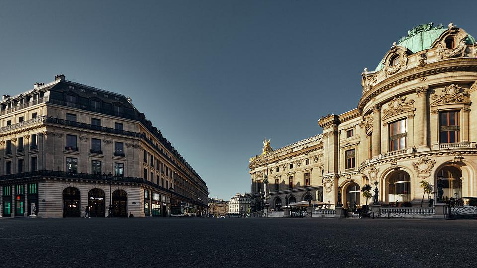 La Rotonde du Glacier au Palais Garnier entre ombre et lumière, Rue Halevy.