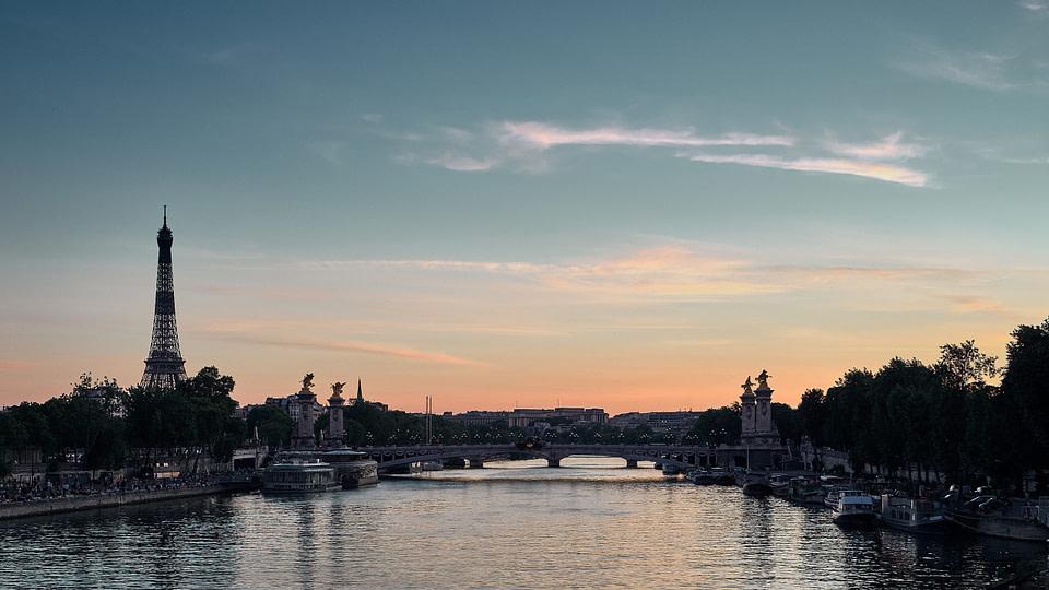 Tour Eiffel et Pont Alexandre III en soirée depuis le Pont de la Concorde