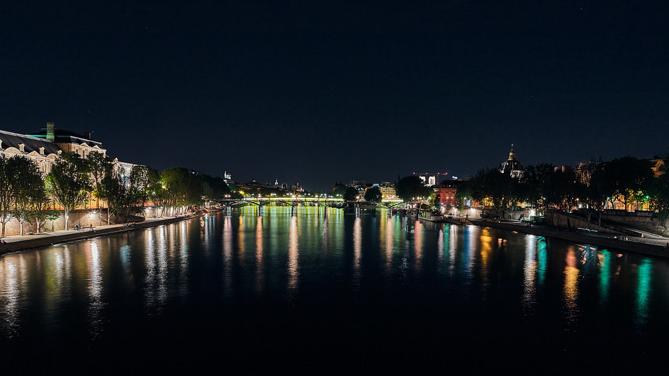 Vue sur le Pont des Arts de nuit depuis le Pont du Carrousel à Paris