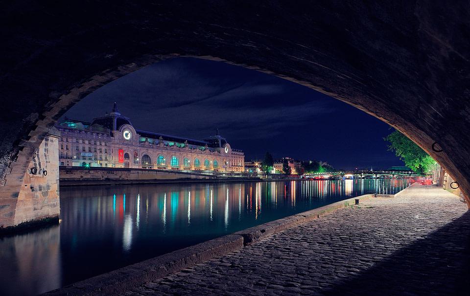 Vue sur le Musée d' Orsay depuis les berges de Seine sous le Pont Royal de nuit à Paris, Jul 2020 - photo : © Laurent Delisle - capturedinstant.com