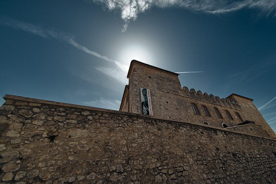 Le soleil pointe au coin du Musée Picasso sur les remparts du vieil Antibes